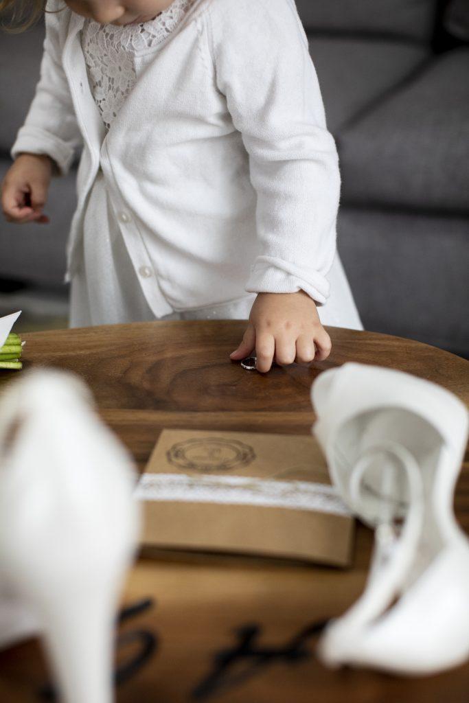 In questa foto di Alberto Ghiddi una bambina prende in mano la fede