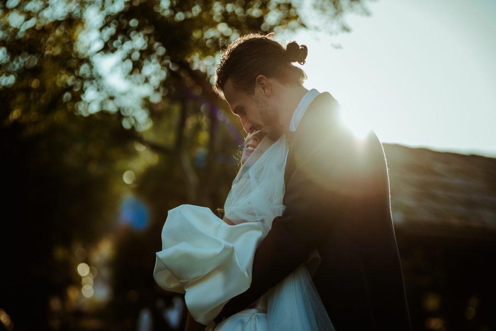 In questa foto di Alessandro Galatoli la coppia si abbraccia felicemente