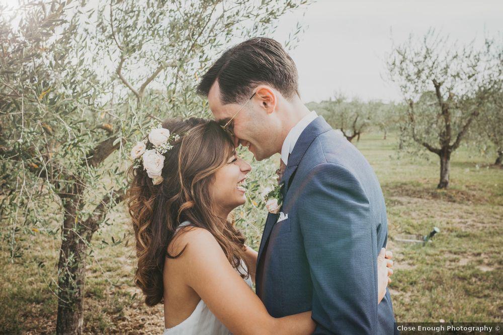 In questa foto di Jorge Orrico - Close Enough Photography un momento di complicità degli sposi