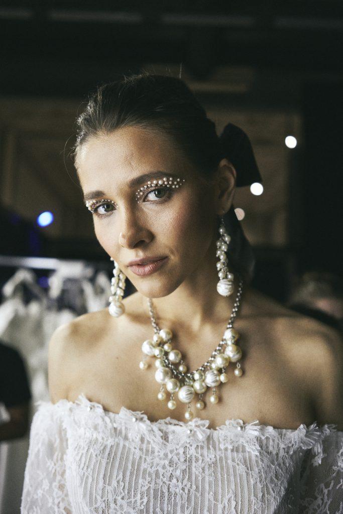 in questa foto una modella indossa un abito della nuova collezione di Elisabetta Polignano