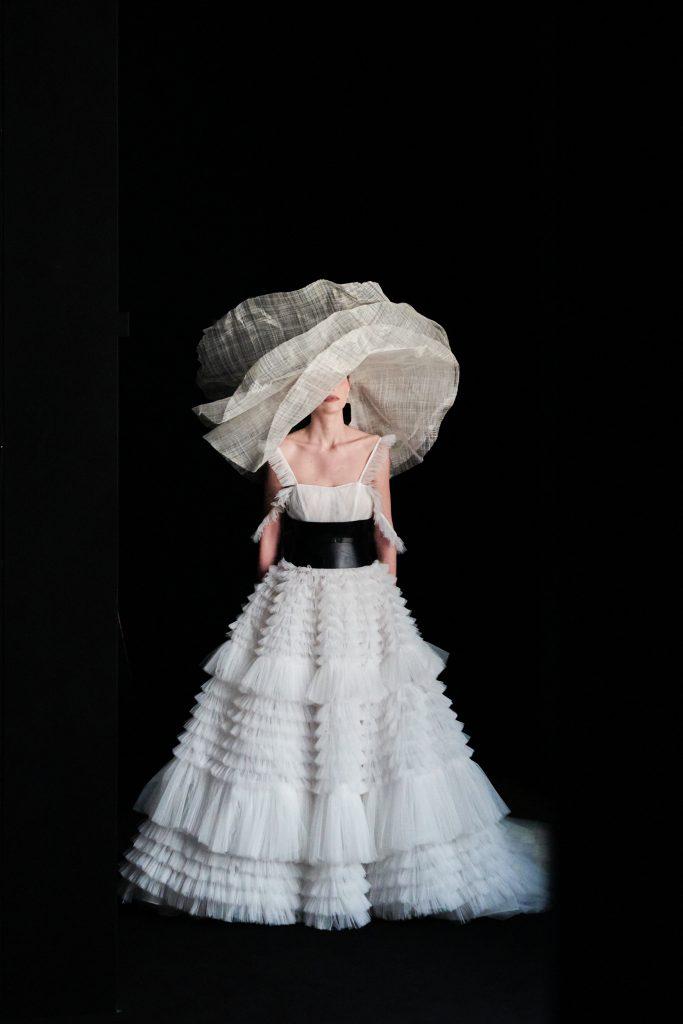 In questa immagine un abito da sposa tarta con maxi cintura nera