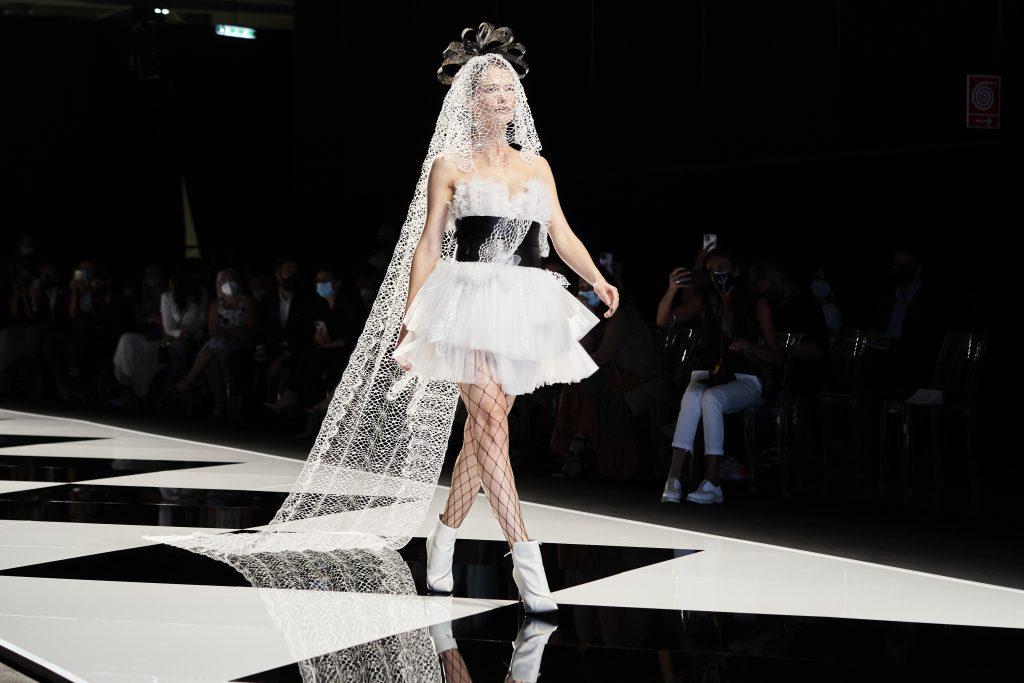 In questa immagine un abito da sposa corto della collezione Elisabetta Polignano 2022