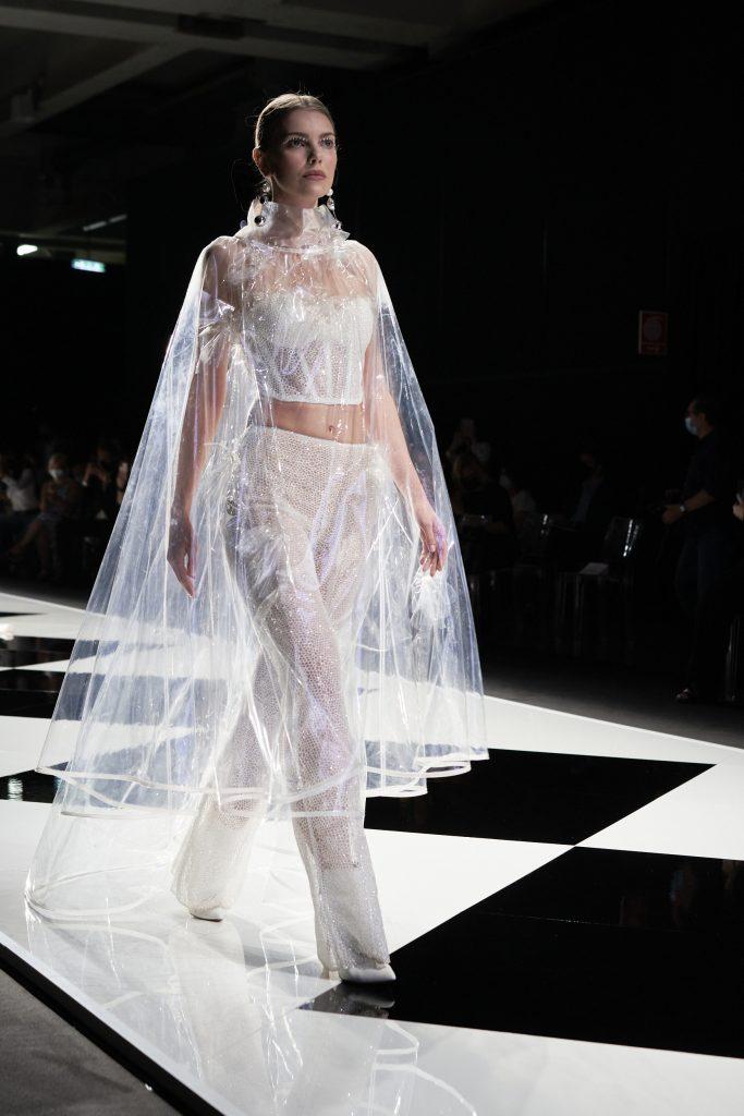 In questa foto una modella sfila con un capo in plastica trasparente della collezione di abiti da sposa Elisabetta Polignano 2022