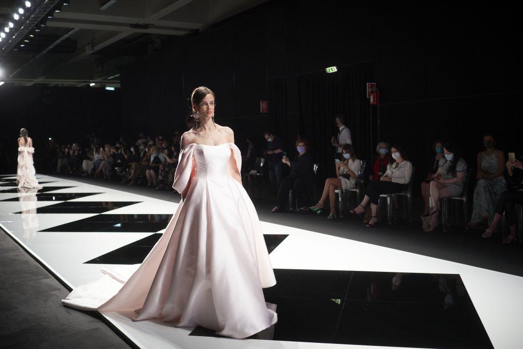 In questa immagine un abito da sposa dalla nuance delicata.