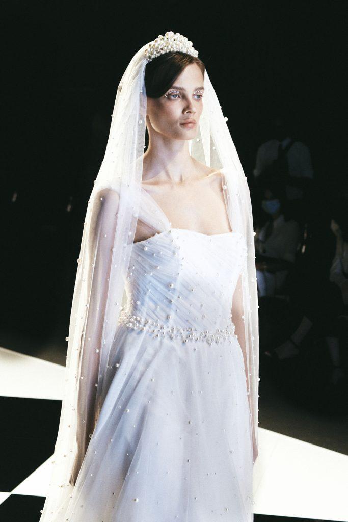 In questa immagine un modello impreziosito da perle di abiti da sposa Elisabetta Polignano 2022