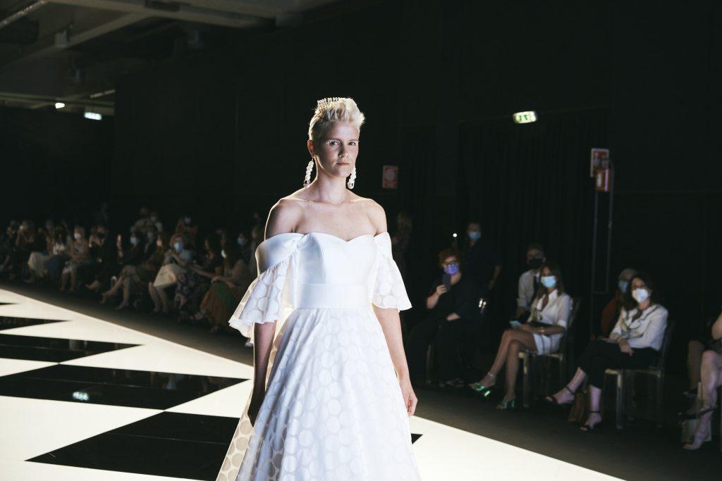 In questa foto una modella sfila durante la Milano Bridal Week con uno degli abiti da sposa Elisabetta Polignano 2022