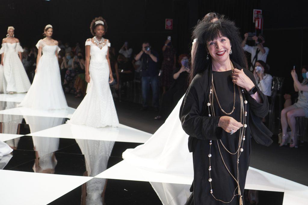 In questa foto la stiliste Elisabetta Polignano durante la sfilata della nuova collezione Metamorfosi