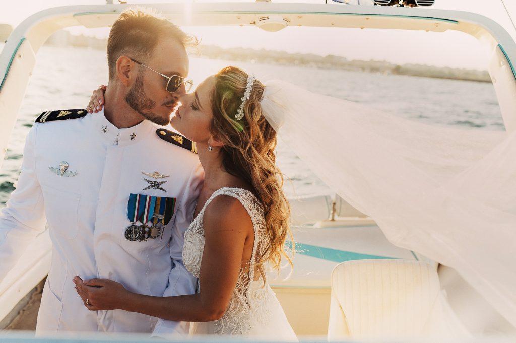 In questa foto di Enzo Quartarone la coppia si bacia in barca