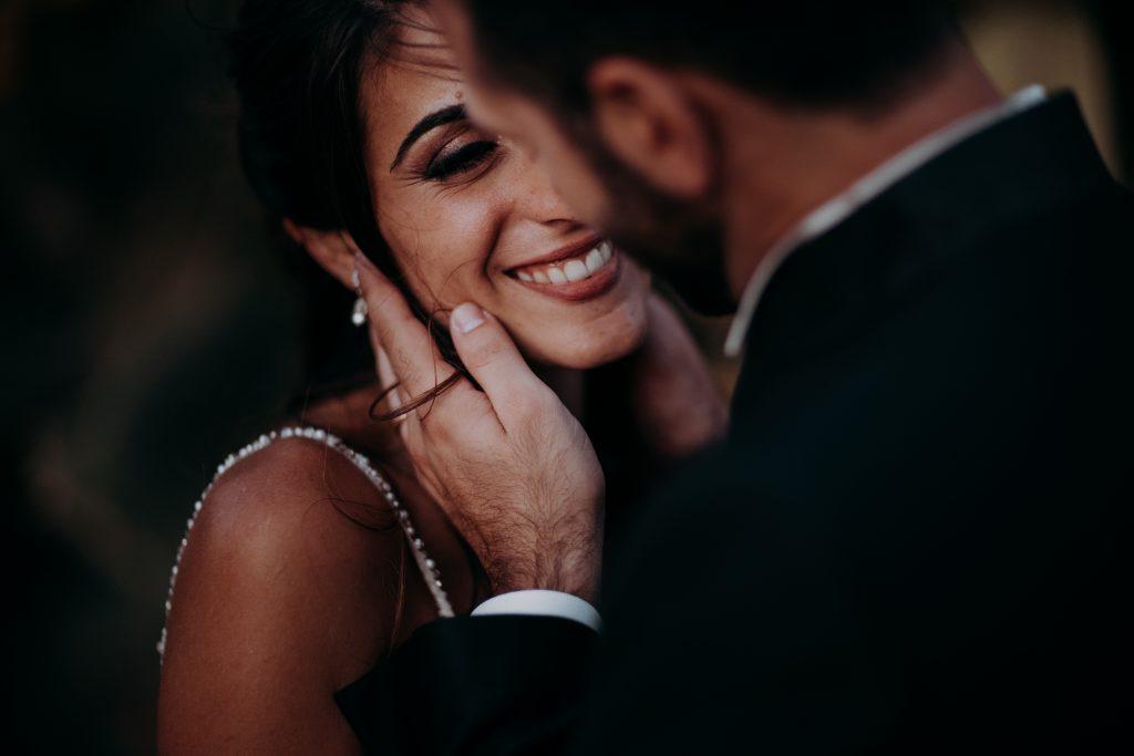 In questa foto di Francesco Caroli la coppia si guarda con complicità