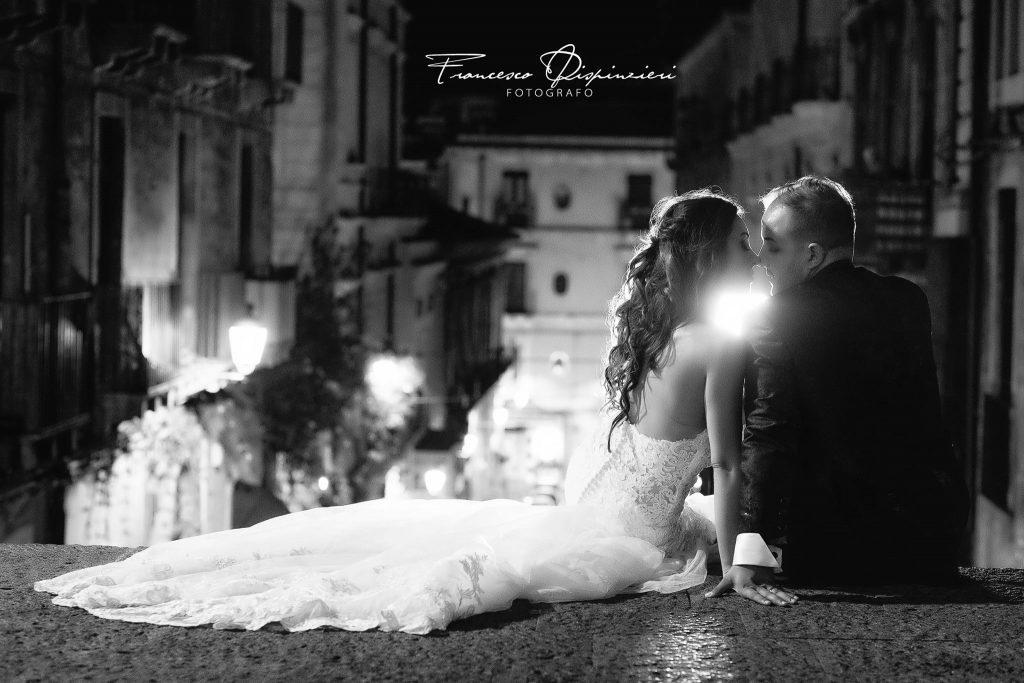 In questa foto di Francesco Dispinzeri gli sposi si baciano dolcemente