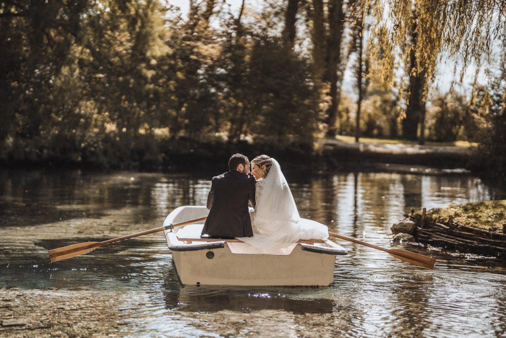 In questa foto di Francesco Febbo gli sposi remano felicemente