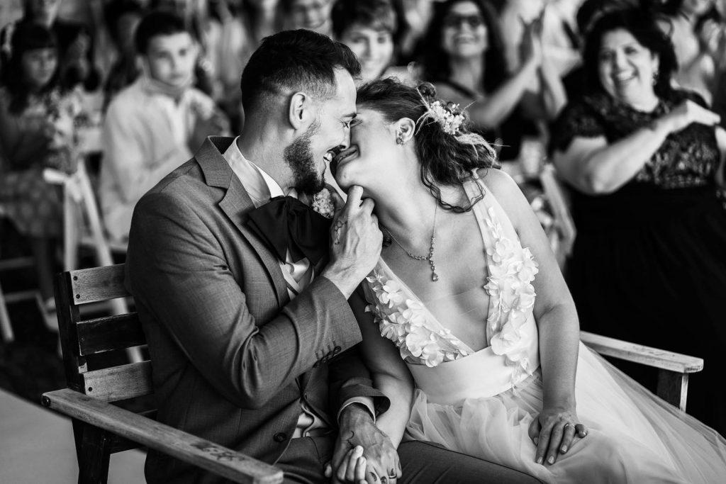 In questa foto di Franco Lops gli sposi si baciano dolcemente
