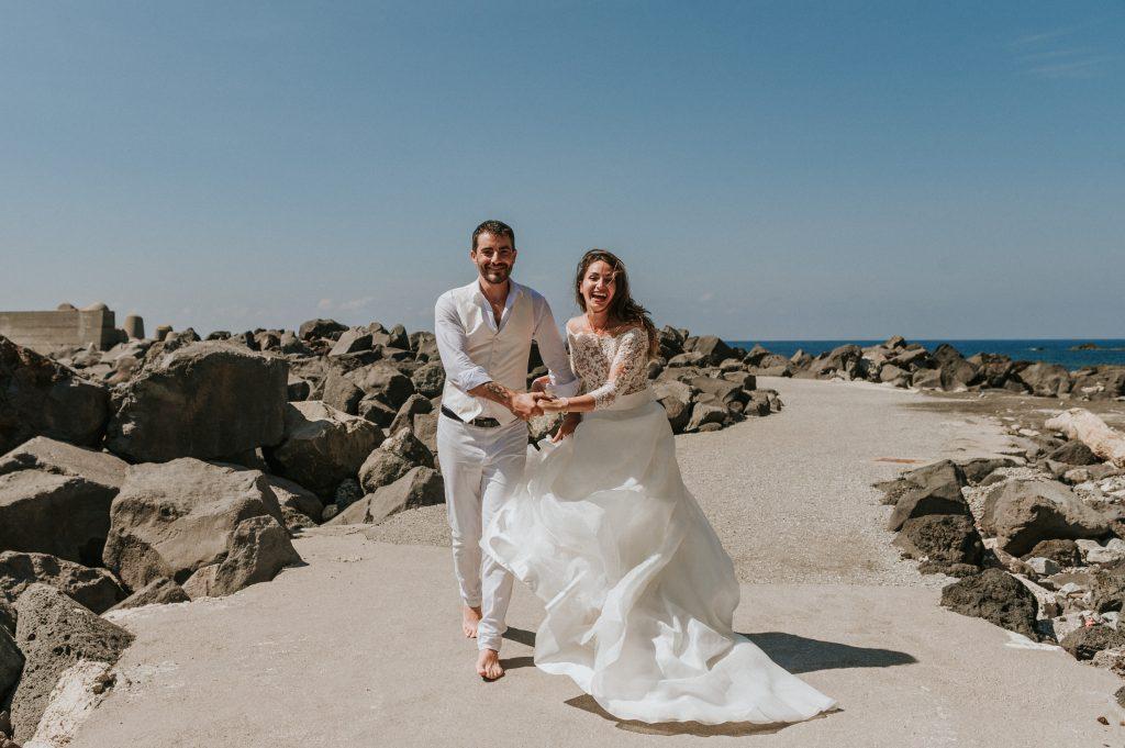 In questa foto di Gianmarco Vetrano una coppia corre sulla spiaggia felicemente