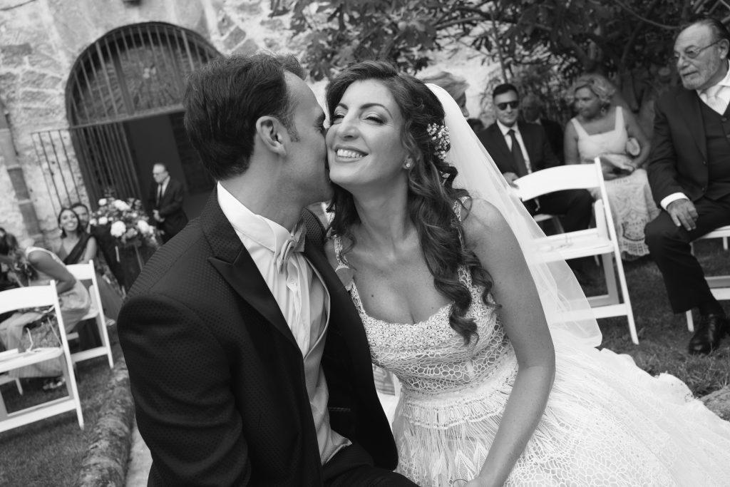 In questa foto di Giorgio Di Fede un momento di dolcezza tra gli sposi durante la cerimonia.