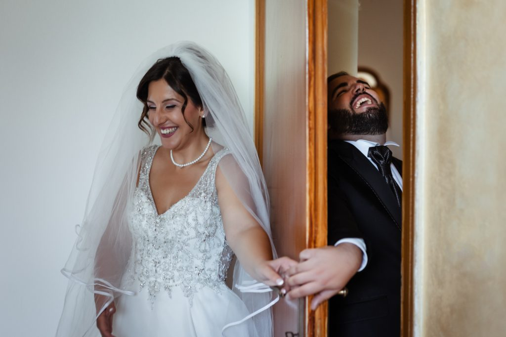 In questa foto di Giovanni Scirocco Wedding photography gli sposi ridono felicemente