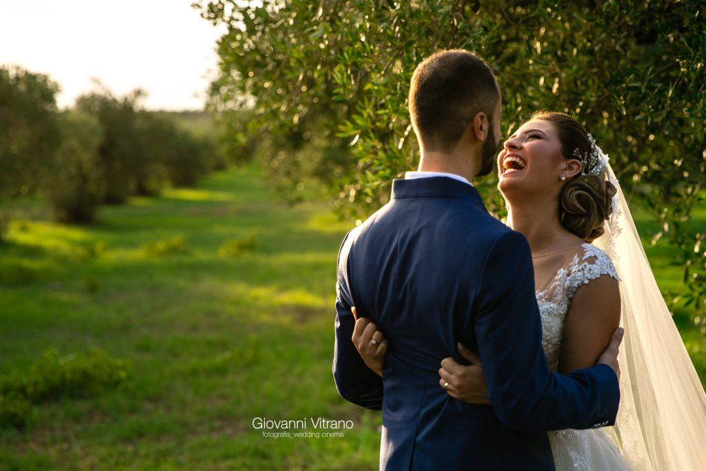 In questa foto di Giovanni Vitrano Wedding, cinema e fotografia gli sposi ridono felicemente