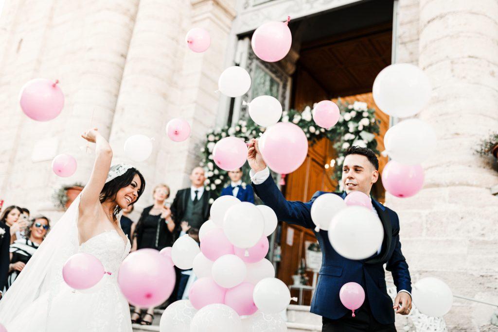 In questa foto di Giuseppe Santanastasio gli sposi, all'uscita dalla chiesa, sono circondati da palloncini