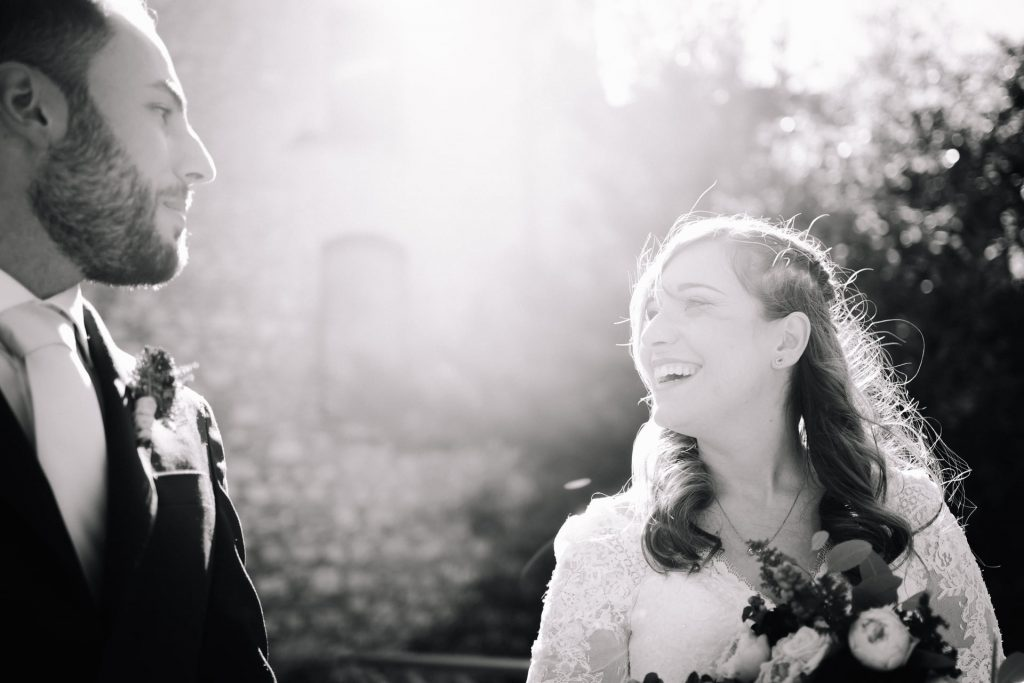 In questa foto di Graziano Leonelli photography gli sposi ridono felicemente