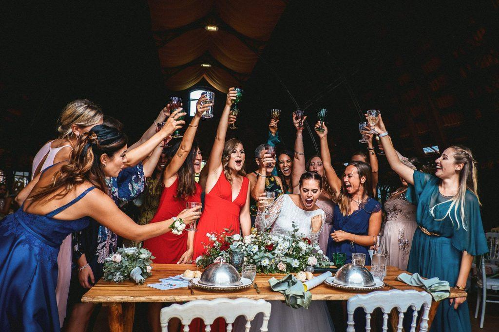In questa foto di Latitudine 41 fotografi la sposa brinda insieme alle amiche