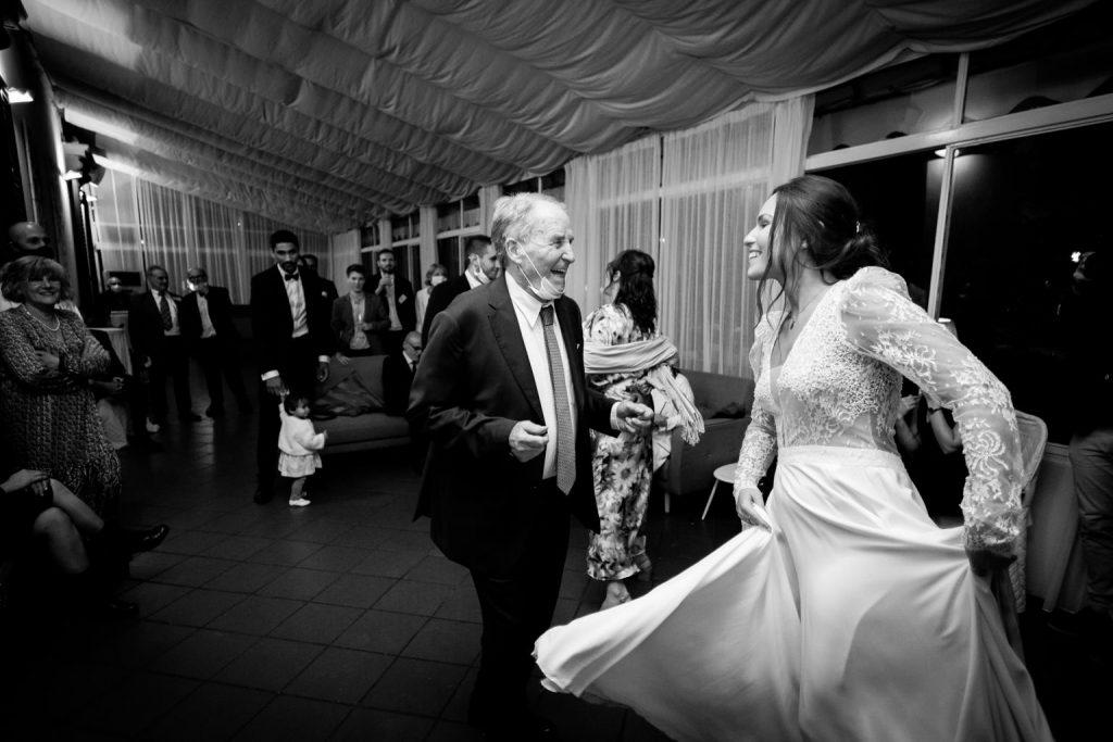 In questa foto di Laura Barbera la sposa balla con un invitato