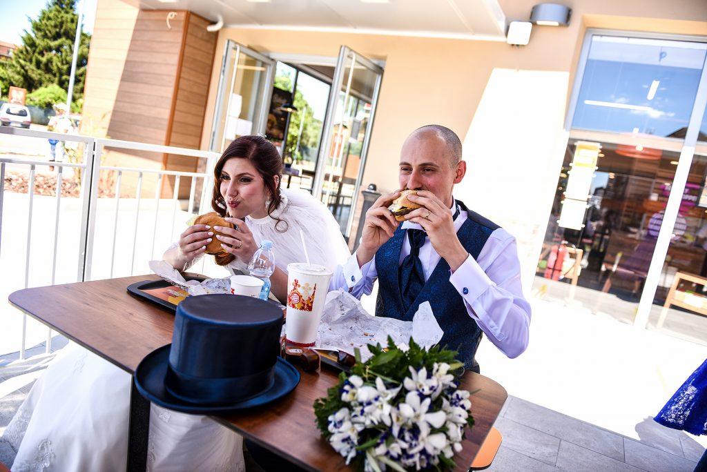 In questa foto di Leonardo Lolli gli sposi mangiano in un fast food