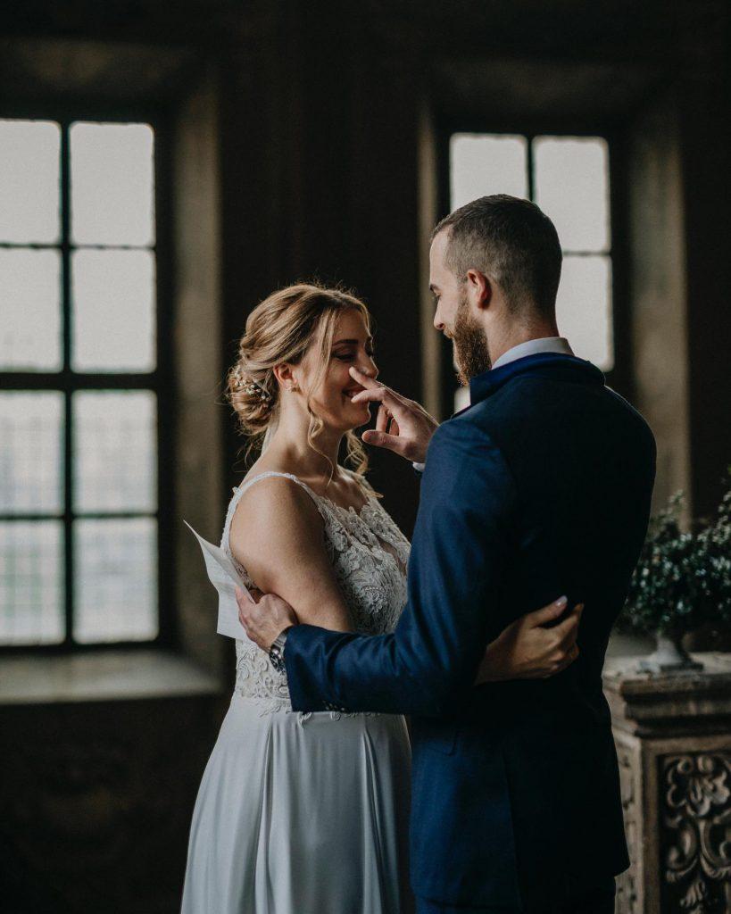 In questa foto di Monocromostudio lo sposo asciuga una lacrima dal viso della sposa