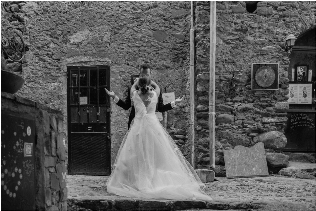 In questa foto di Manuel Rusca gli sposi si abbracciano dolcemente