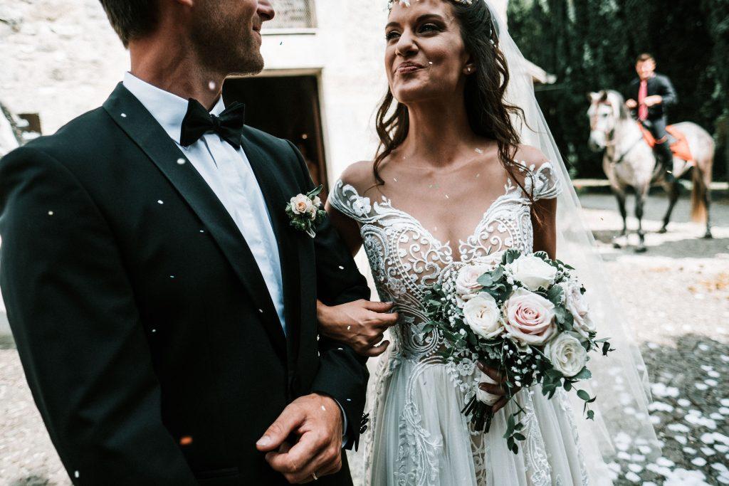 In questa foto di Martin Charrat gli sposi sorridono felici