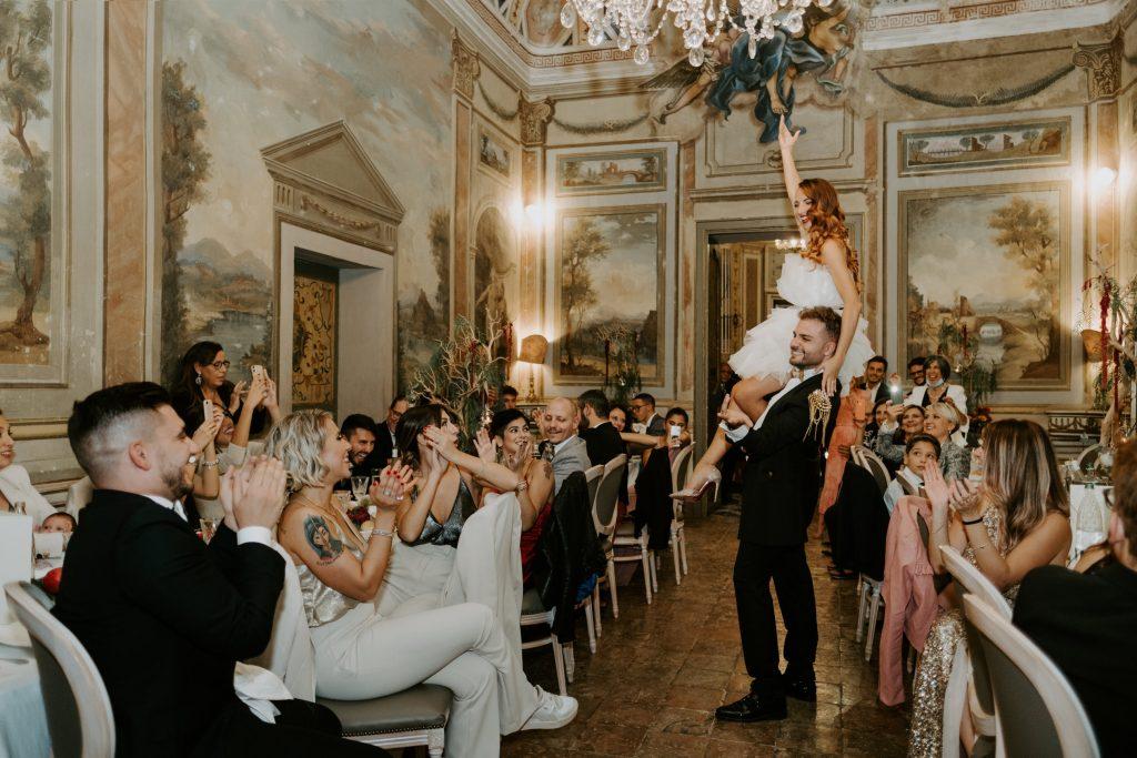 In questa foto di Martina Botti la sposa è in braccio al marito durante il ricevimento