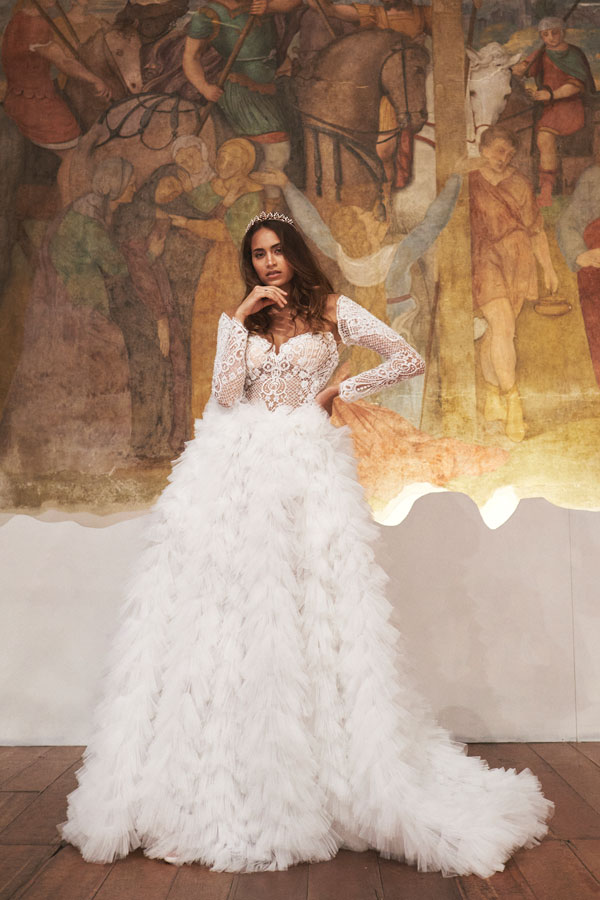 In questa foto un modellotrasformabile della nuova sposa della Maison italiana