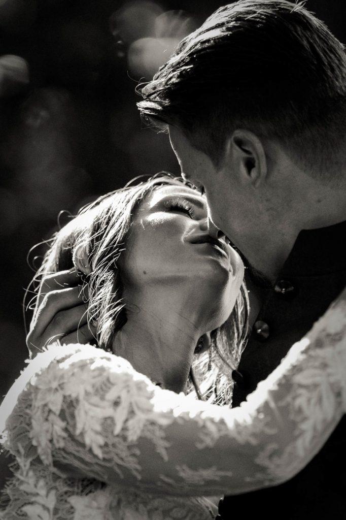 In questa foto di Michele Dell'Utri una coppia si bacia teneramente
