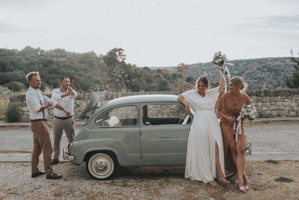 In questa foto di  Nunzio Bruno gli sposi e una coppia di amici posano davanti ad una Cinquecento antica