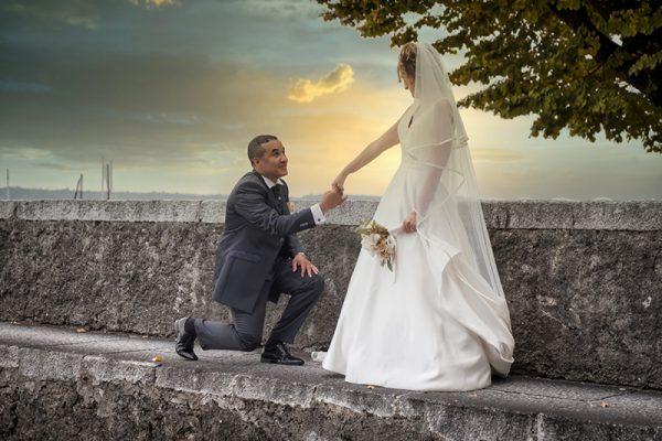 Uno sposo fa la proposta di matrimonio alla sua futura sposa