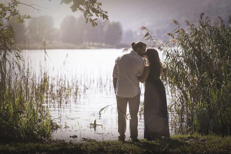 In questa foto due innamorati dopo una proposta di matrimonio organizzata da Paola Maravalle