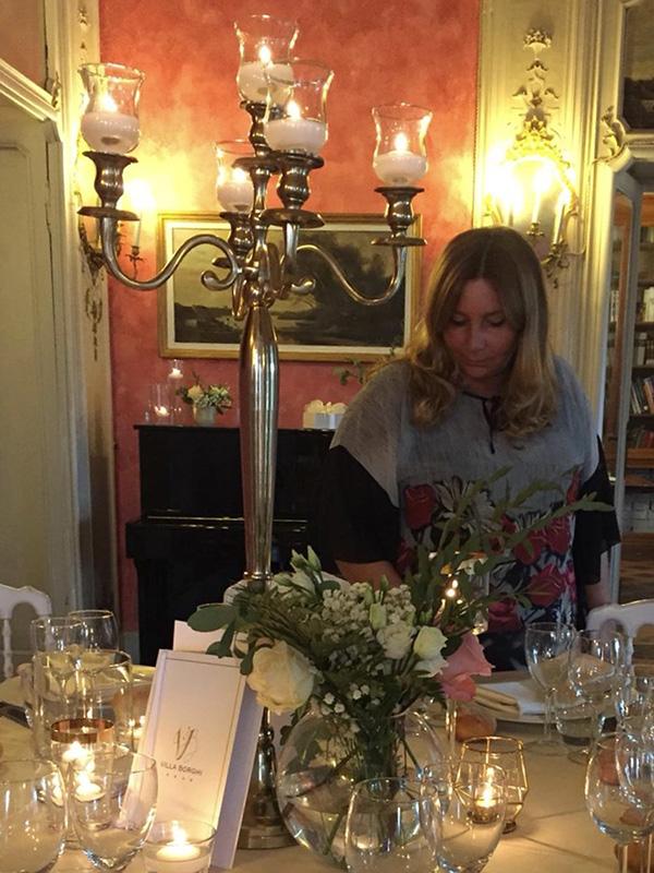 Le Proposal Planner Paola Maravalle mentre allestisce un tavolo per una proposta di matrimonio
