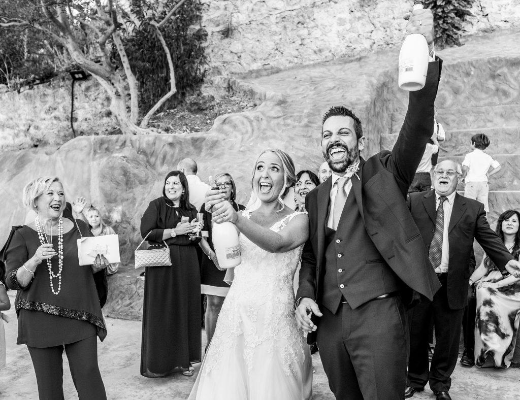 In questa foto di Studio Fotografico Paolo Balsamo la coppia brinda felicemente