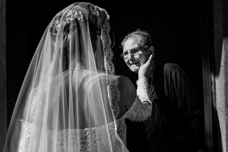 In questa foto di Pasquale Minniti la sposa accarezza un'anziana commossa