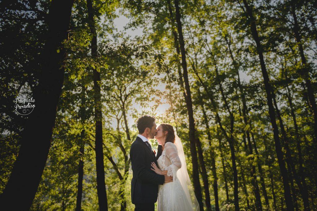 In questa foto di Pasquale Paradiso gli sposi si baciano in una location immersa nel verde