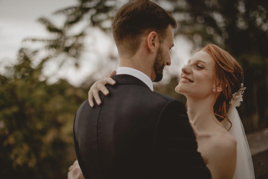 In questa foto di Raffaele Cerracchio  gli sposi si abbracciano felicemente