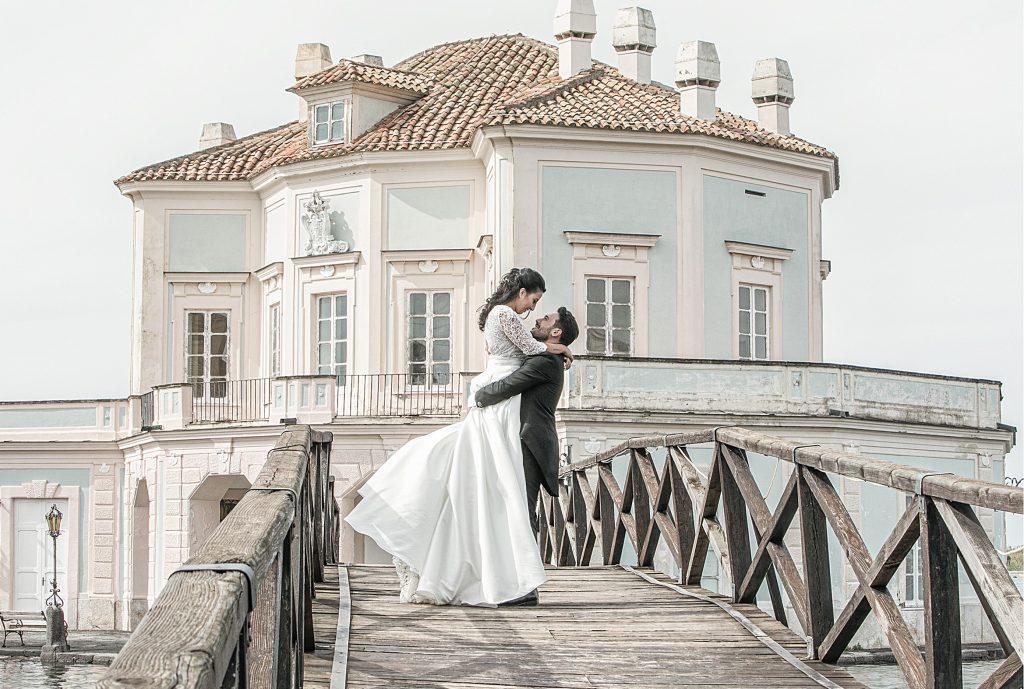 In questa foto di Studio Sandro Barrasso photography  gli sposi abbracciano felicemente