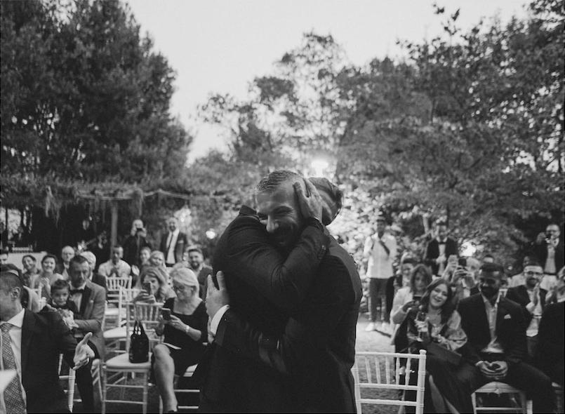 In questa foto di Frank Catucci una coppia omosessuale si abbraccia dopo il sì