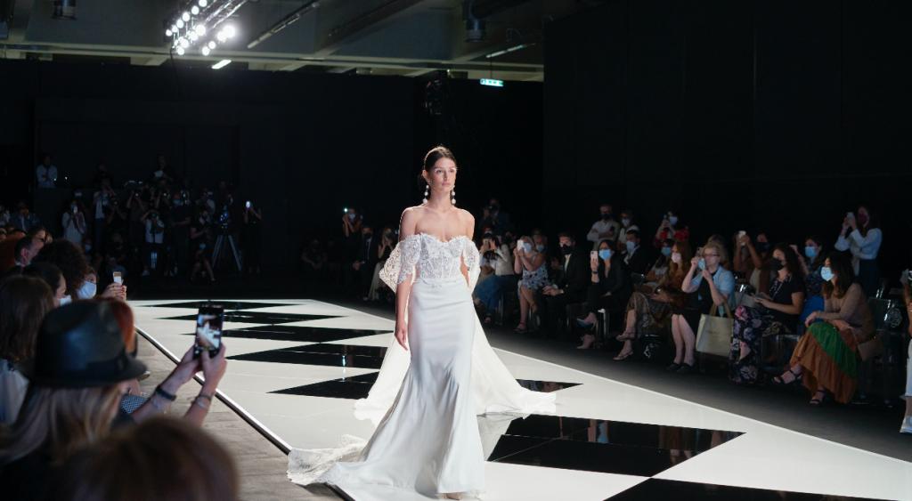 In questa foto una modella sfila con uno degli abiti da sposa Elisabetta Polignano 2022