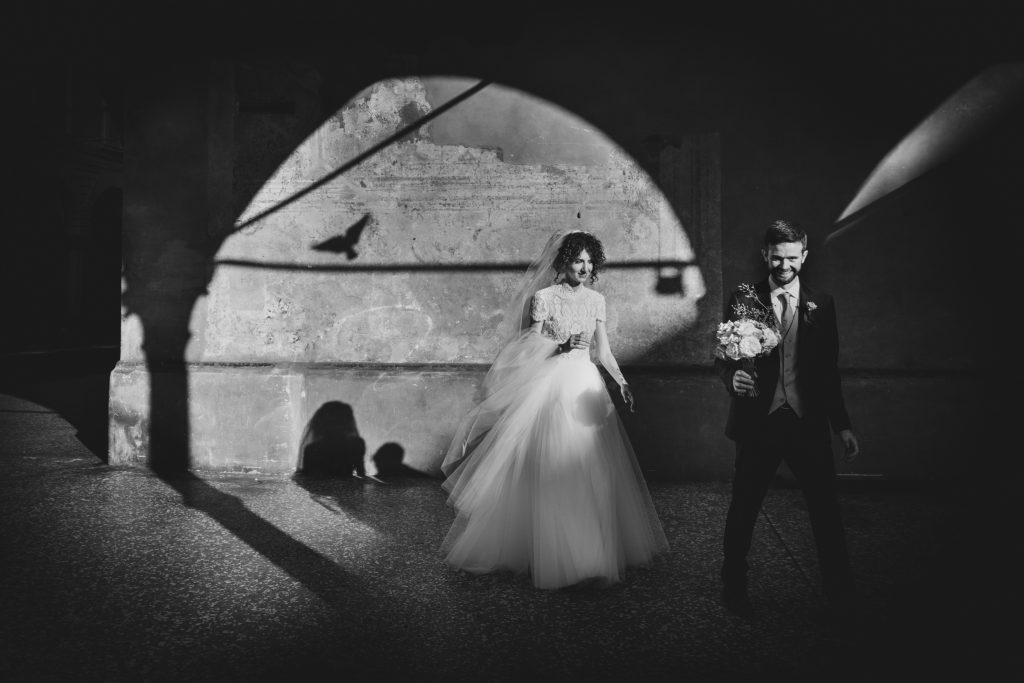 In questa foto di Vinicio Ferri la coppia cammina felicemente