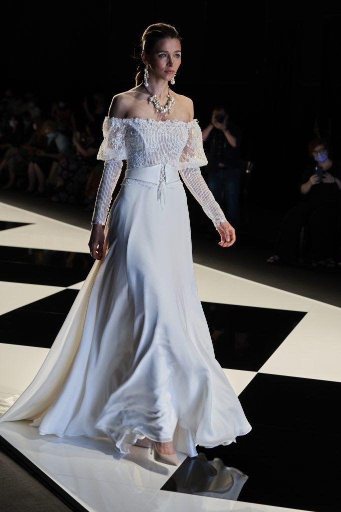 In questa immagine un modello scivolato che fa parte della nuova collezione di abiti da sposa Elisabetta Polignano 2022