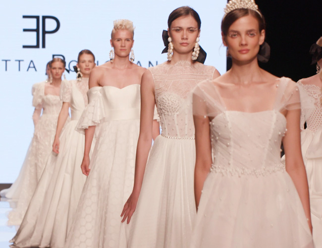 In questa foto le modelle sfilano durante l'uscita finale della passerella di Elisabetta Polignano 2022