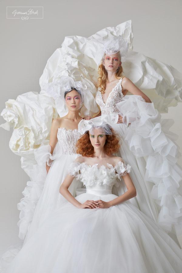 In questa foto tre modelle indossano abiti da sposa Giovanna Sbiroli 2022, linea di Maison Signore
