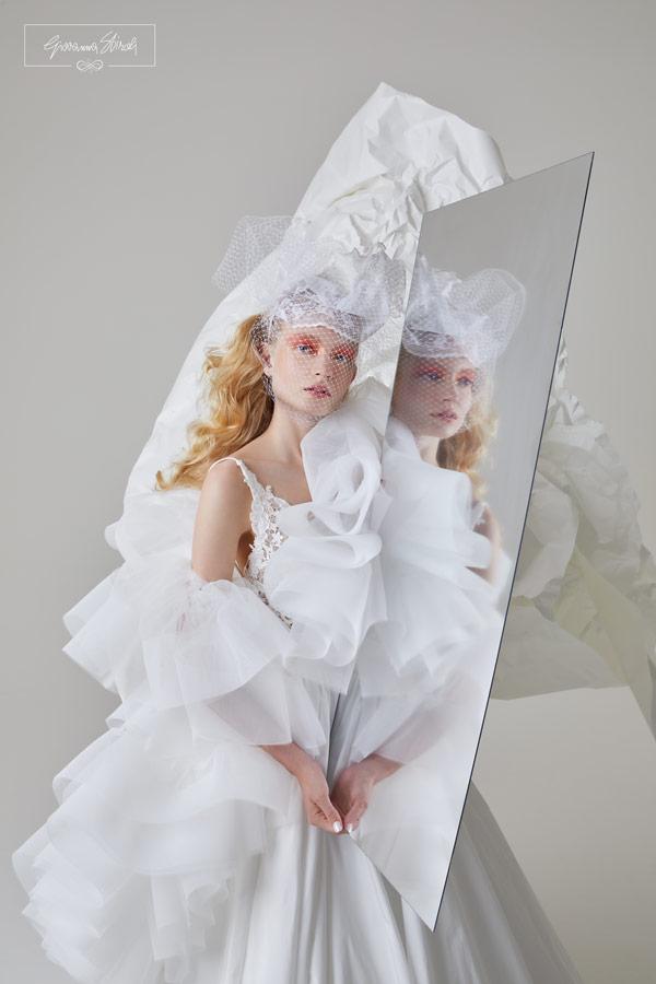 In questa foto una modella con un abito da sposa della collezione 2022 di Giovanna Sbiroli