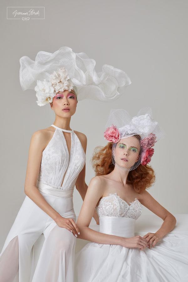 In questa foto due modelle posano con i nuovi abiti da sposa Giovanna Sbiroli 2022