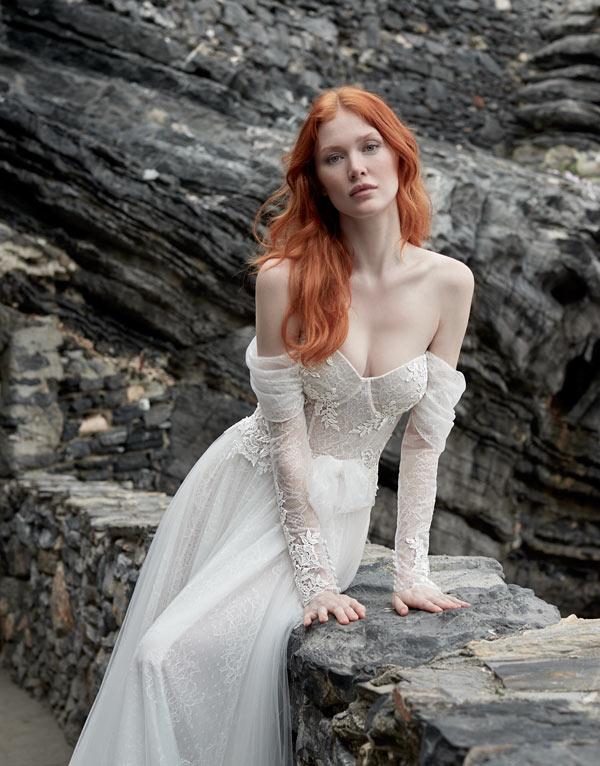 In questa foto una modella posa con un abito da sposa Maison Signore 2022