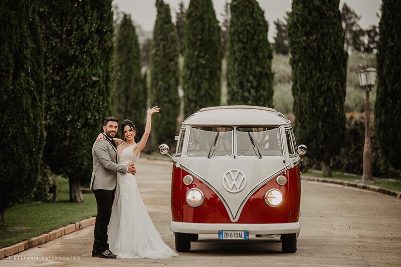 In questa foto gli sposi davanti a un pullmino Volswagen, mezzo scelto per lo stile Modern Boho